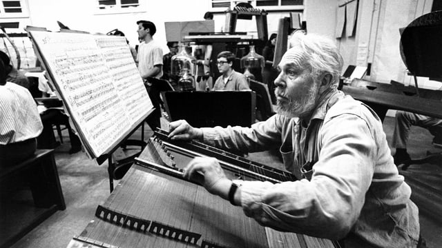 Harry Partch sitzt an einem seiner Instrumente.