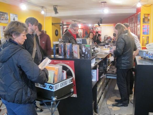 Blick in den Plattenladen, viele Kunden