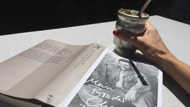 Buch «Mein Bruder Che» von Juan Martin Guevara auf einem Resopaltisch, daneben ein Mate-Becher mit Bombilla