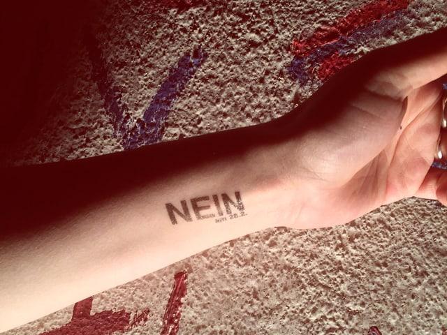 Ein Stempel am Handgelenk, die Aufschrift «Nein am 28.2.».