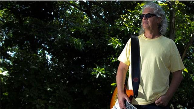 Die Gitarre ist immer noch da. Die Locken auch, nur deren Farbe hat sich inzwischen geändert: Phil Carmen 2012.