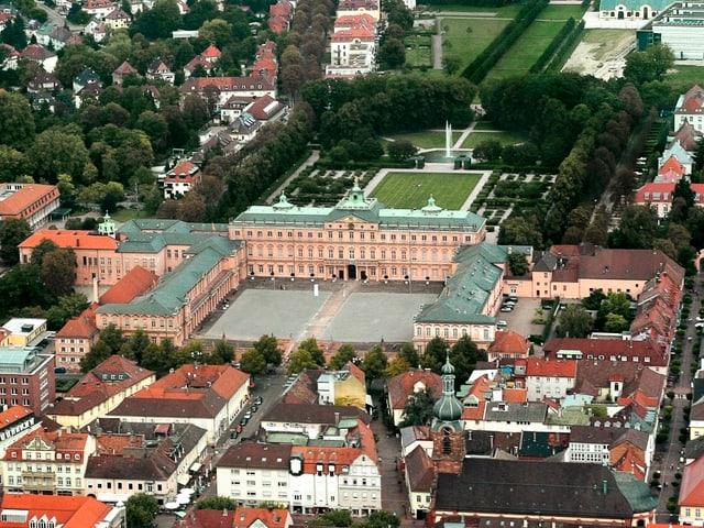 Luftbild der deutschen Kleinstadt mit Barockschloss im Zentrum.