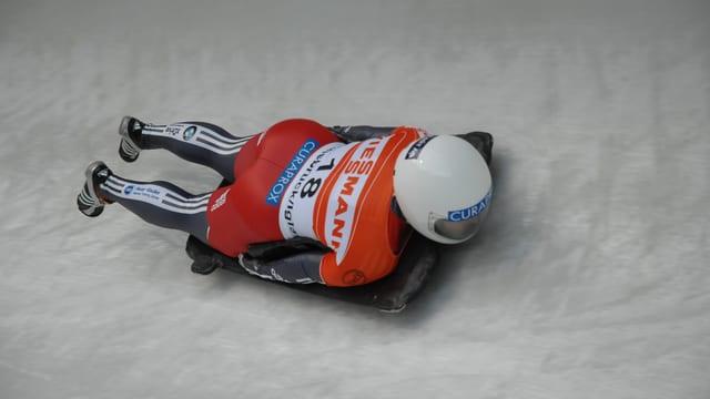 Barbara Hosch auf einem Skeleton in einem Eiskanal.