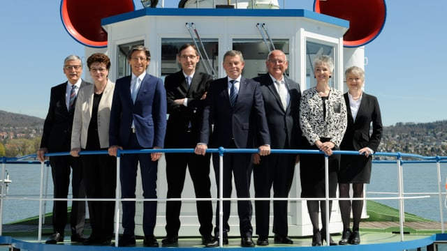 alle Regierungsräte und Regierungsrätinnen stehen am Geländer eines Zürichsee-Schiffes