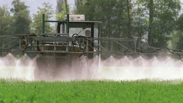 Tractor sprizza pesticid sin in funs.