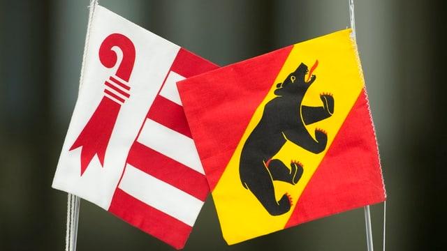 Zwei Fahnen der Kantone Bern und Jura.