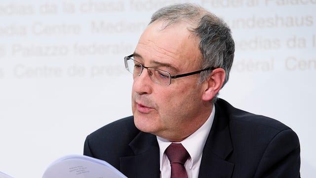 Guy Parmelin preschenta il rapport dal servetsch federal d'infurmaziun.