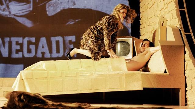 """Szenenbild aus """"Die Katze auf dem heissen Blechdach"""" im Zürcher Schauspielhaus"""