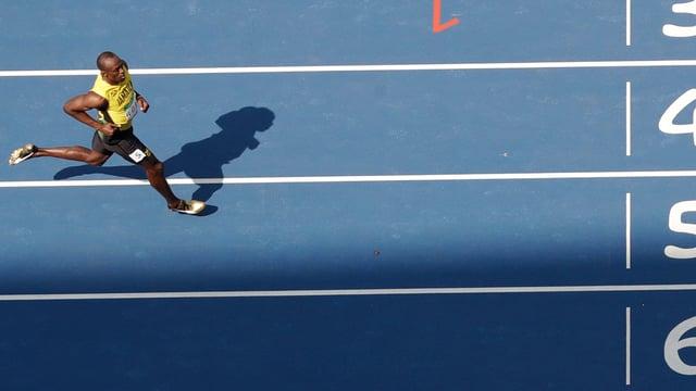 Usain Bolt läuft ins Ziel.