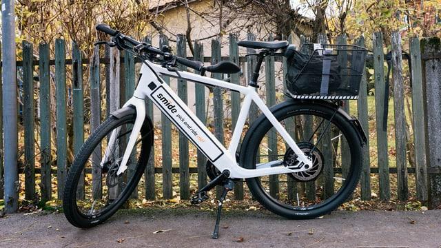 E-Bike an einem Zaun abgestellt.