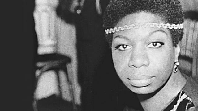 Schwarzweiss-fotografie von Nina Simone mit intensivem Blick.