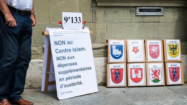 Ein Schild gegen das Islamzentrum bei der Einreichung der Initiative.