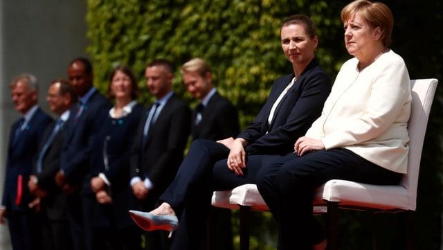 Die dänische Ministerpräsidentin Mette Frederiksen und deutsche Kanzlerin Angela Merkel sitzend