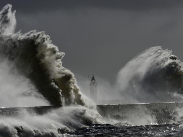 Meterhohe Sturmwellen