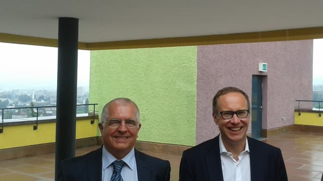 Heimleiter Werner Steiger und Sozialdirektor Martin Merki auf der Dachterrasse des neuen, farbiger gestalteten Staffelnhofs.