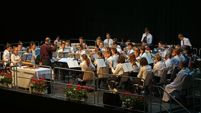 Ina musica da giuvenils accumpogna il servetsch divin da la damaun en la sala da congress.