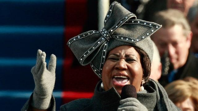 Aretha Franklin mit der auffälligen Hutschleife beim Singen für Präsident Obama