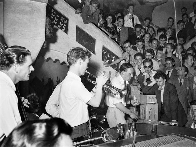 Schwarzweiss-Bild: Konzert-Atmosphäre im Basler Club Atlantis.