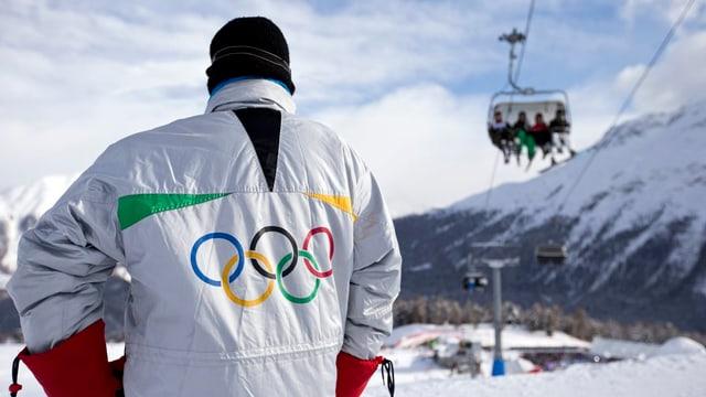 Skiunz cun giacca cun il logo dals tschintg rintgs dals gieus olimpics.