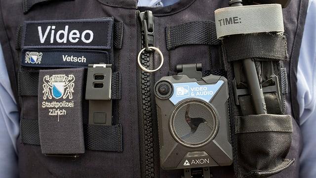 Bodycam an einer Polizeiuniform