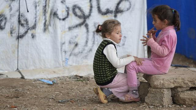 Zwei Mädchen spielen in einem Flüchtlingscamp in Nordirak.