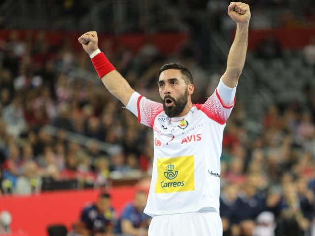 Spaniens Handballer jubeln nach dem Sieg gegen Frankreich