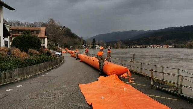 In Wallbach werden die mobilen Hochwassersperren vorbereitet