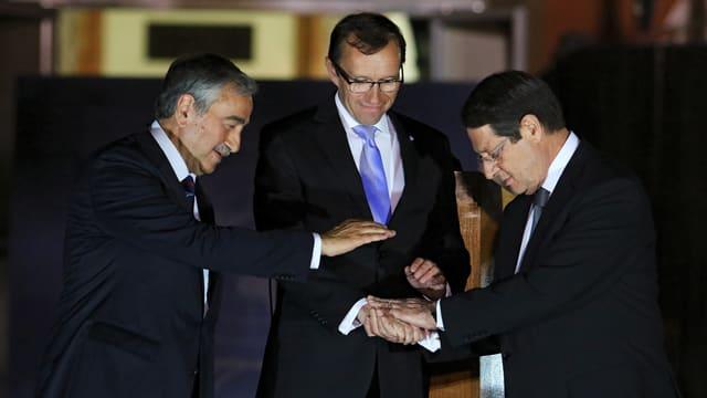 Il president da la Cipra Nicos Anastasiades (dretg), Mustafa Akinci dals Cipriots tircs (san.) cun l'intermediatur da l'ONU.