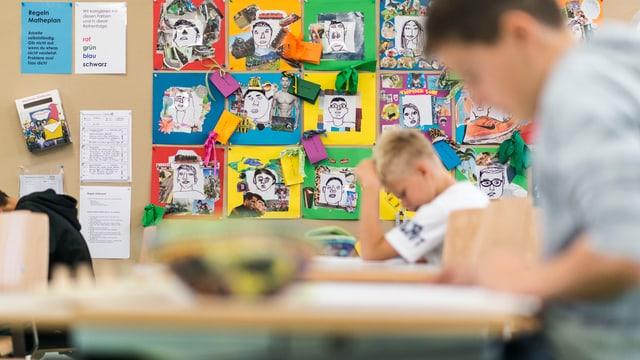 Zwei Schüler in einem Klassenzimmer.