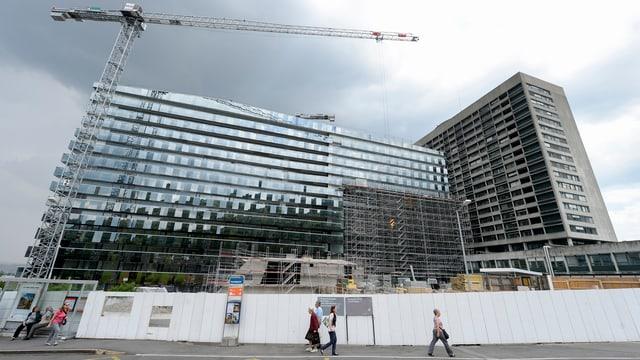 Baustelle des neuen Bettenhauses beim Triemli, überragt von einem Kran.