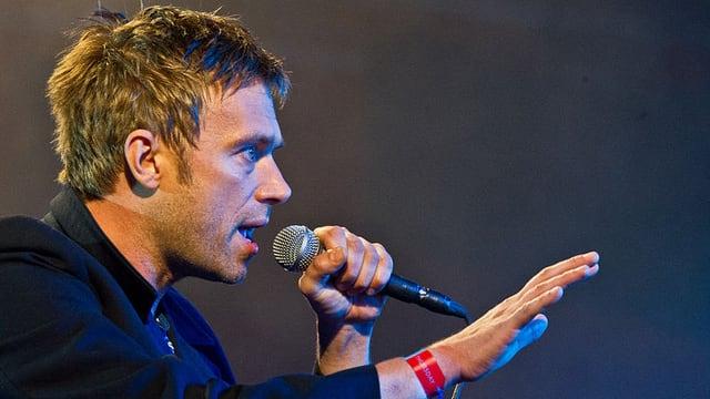 Damon Albarn auf der Bühne mit Mikrophon