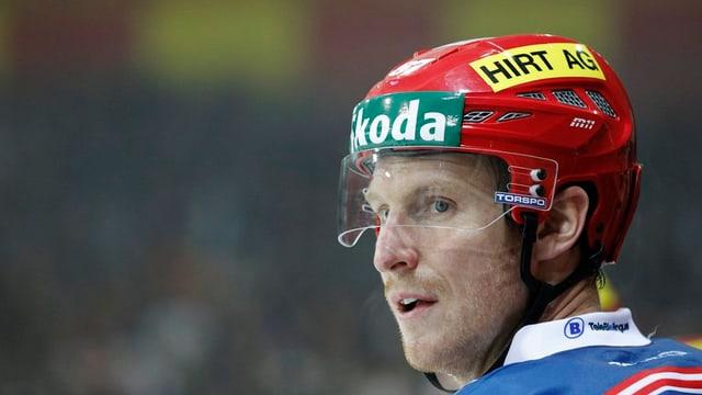 Ein Bild eines Eishockeyspielers mit Helm