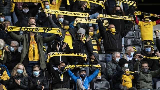 YB-Fans mit Masken im Stadion