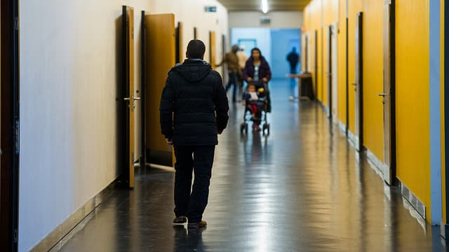 Ein Flur mit Asylbewerbern im Bundeszentrum in Losone
