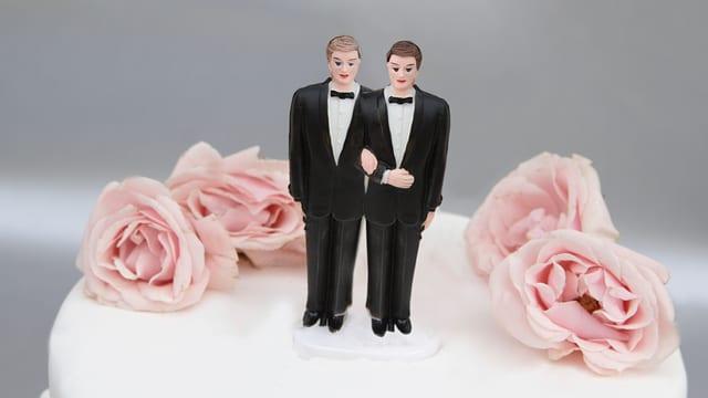 Hochzeitstorte mit 2 männlichen Figürchen darauf
