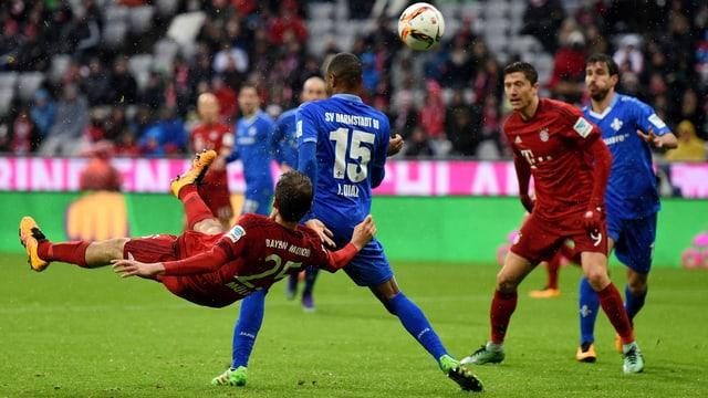 Thomas Müller trifft im Fallen zum 2:1