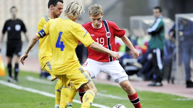 Norwegens Jenssen wird vom Ukrainer Tymoschtschuk gestoppt.