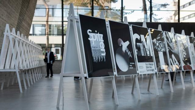 verschiedene schwarz-weiss Plakate
