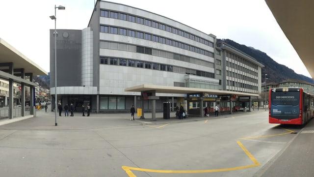 L'anteriur bajetg dal Globus a la staziun a Cuira.