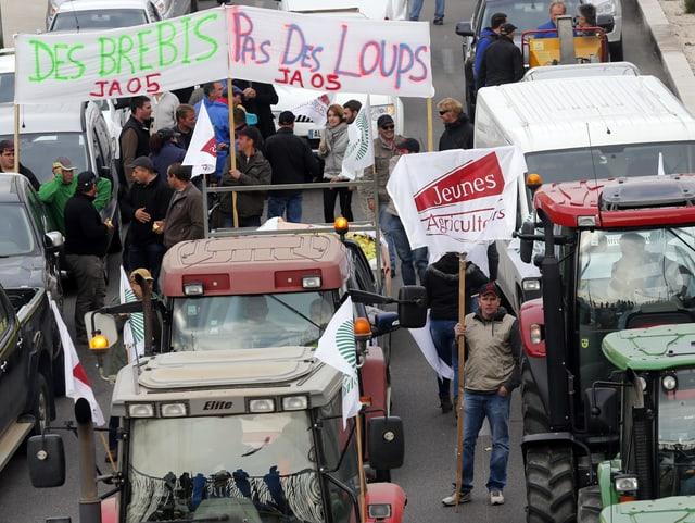 Demonstrierende Bauern mit ihren Traktoren.