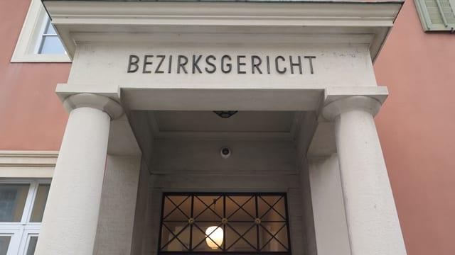 Eingang zum Bezirksgericht Aarau
