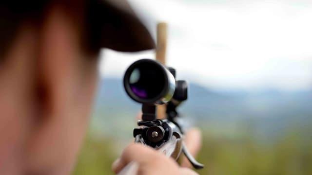 Jäger nimmt Ziel ins Visier.