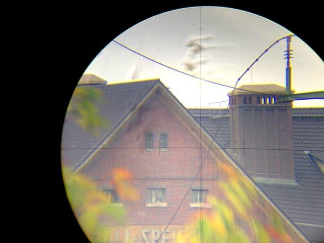 Blick durch Kamera auf Haus