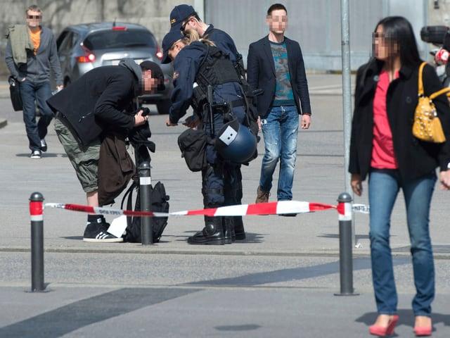 Verdächtig erscheinende Personen werden von der Polizei kontrolliert.