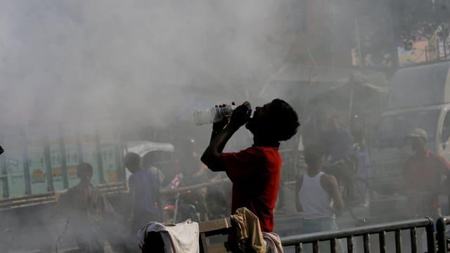 In um en la citad Calcutta (India) baiva aua - el stat davant in nivel da fim chaschunà dal traffic