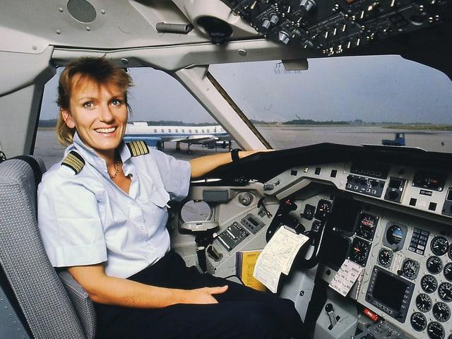Regula Eichenberger im Cockpit.
