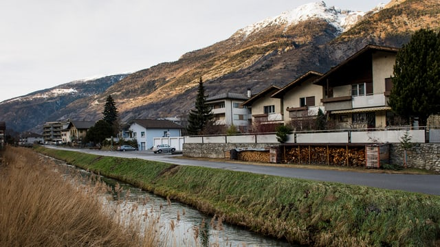 Wasserkanal, dahinter Häuser