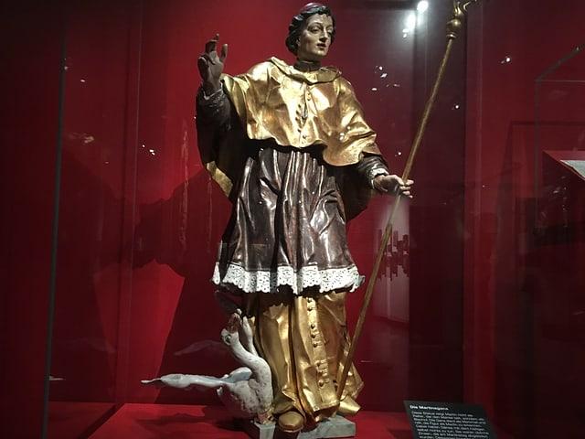 Eine Figur des Heiligen Martins mit einer Gans zu Füssen.