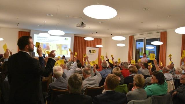 en ina stanza, delegadas e delegads da la partida PBD voteschan