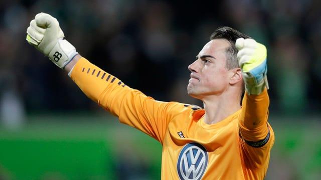 Il goli svizer Diego Benaglio celebrescha la victoria da ses club VfL Wolfsburg.